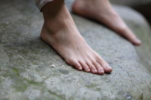 男人是外貌协会_(山水)眼镜美女脱掉运动鞋露出纤薄修长骨感极品美脚,脚型 ...